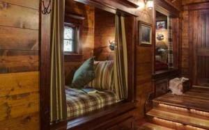 спальня в деревянном загородном доме