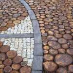 садовая дорожка из дерева скомбинированная с камнем