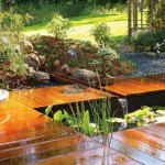 дизайн дачи деревянные дорожки возле водоема