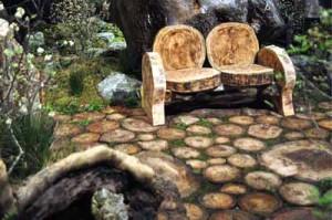 деревянная дорожка из спилов бревен