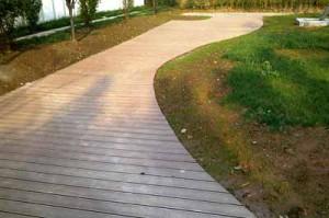красивая форма деревянной садовой дорожки