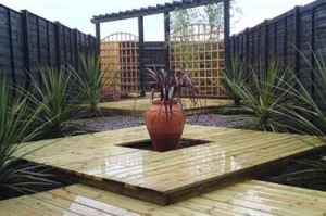деревянные дорожки в саду восточного стиля