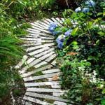 оригинальная садовая дорожка из деревянных брусьев