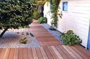 деревянная дорожка на даче
