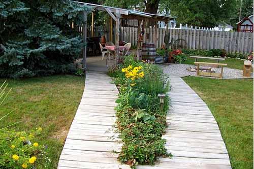 красивые садовые дорожки из дерева на даче