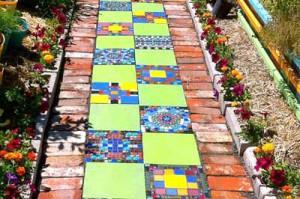 яркая садовая дорожка из подручных материалов
