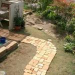 вариант укладки садовой дорожки из кирпича