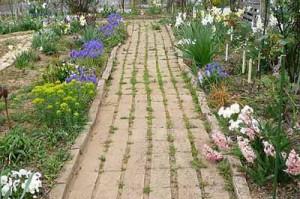 обычная садовая дорожка из кирпича
