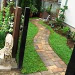 пример укладки садовой дорожки из кирпича