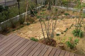 садовая дорожка из кирпича с бордюром из природного камня