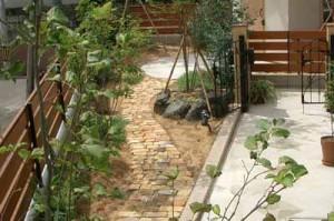садовая дорожка из желтого кирпича