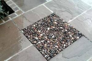 как украсить простую садовую дорожку из тротуарных плит