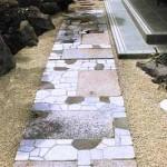 дорожка в саду из тротуарной плитки