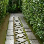 красивая садовая дорожка из тротуарной плитки