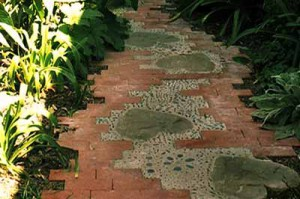 необычная садовая дорожка из плит и кирпича