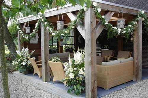 красивая деревянная беседка с цветами