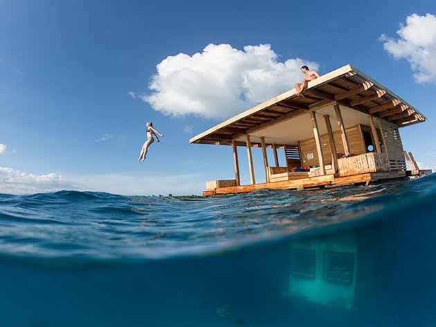 Необычный дом на воде