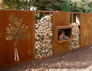 Декоративный забор из дерева и металла