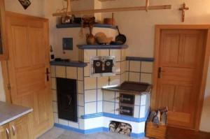 маленькая печка в интерьере дома