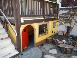 детский домик под террасой