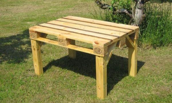 стол из поддонов для дачного участка