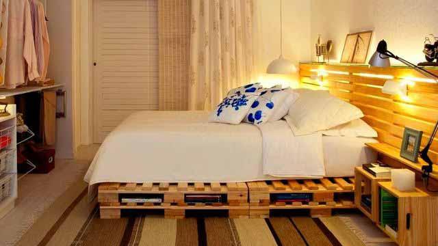 Möbler Från Pallar Med Händerna Foto