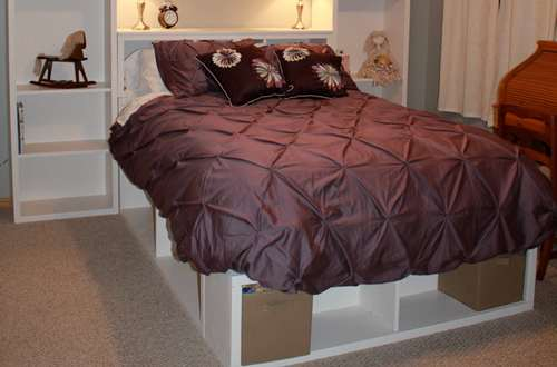 простая кровать из полок
