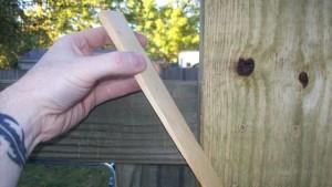 выставляем деревянную калитку