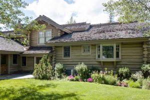 светлый деревянный дом снаружи