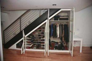 как под лестницей в маленькой гардеробной уместить вещи