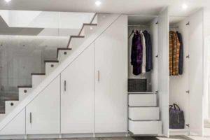 что можно сделать под лестницей в доме шкаф